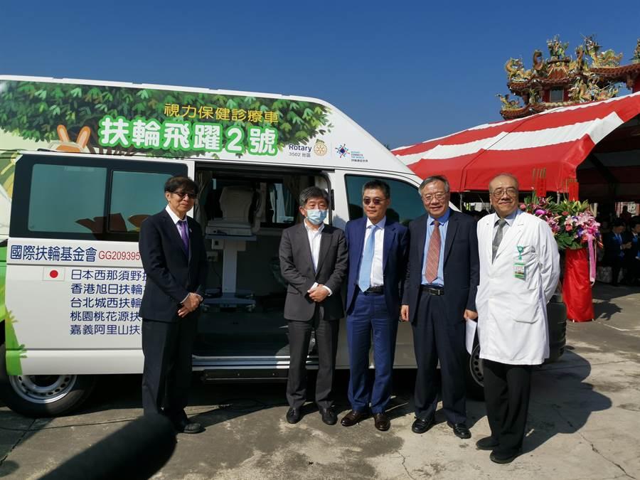 國際扶輪捐贈5輛醫療巡迴車給南部各醫院,8日舉辦贈車儀式。(劉秀芬攝)