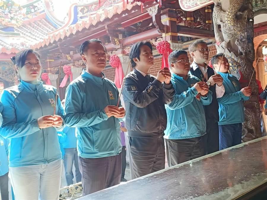 民進黨副總統候選人賴清德(左三)參拜配天宮媽祖。(張毓翎攝)