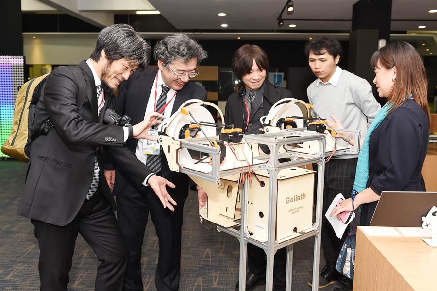 現場分享靜宜大學資訊學院「創客吧─巨型機器人頭」設計特色。(陳世宗攝)