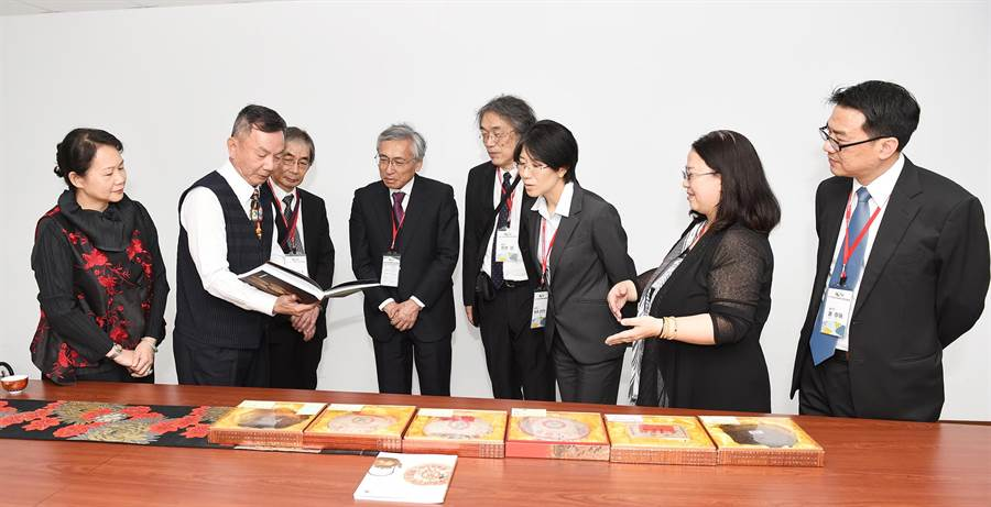 靜宜EMBA校友顏貴森為日本未來大學教師解說臺灣特有的高山烏龍茶和普洱茶文化。(陳世宗攝)