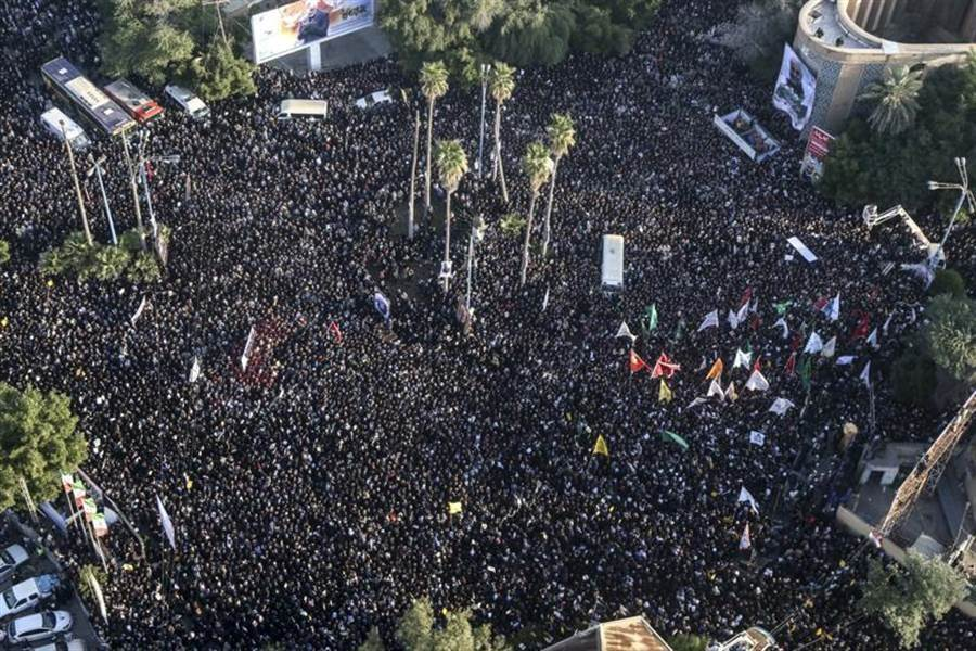 伊朗西南城市艾赫瓦茲(Ahvaz)5日人潮洶湧,出席革命衛隊精銳聖城部隊指揮官蘇雷曼尼的喪禮。(美聯社)