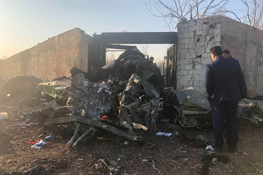 一架載逾百名乘客的烏克蘭國際航空波音737客機在伊朗德黑蘭機場起飛後墜毀。圖為事故現場。(圖/美聯社)