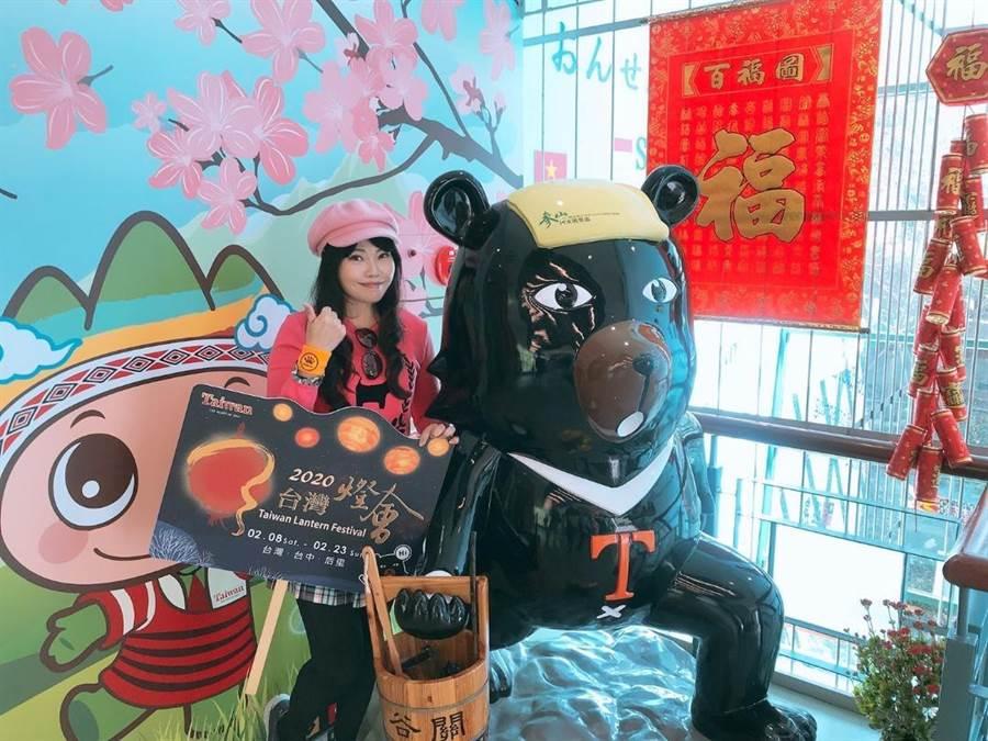 參山國家風景區管理處號召遊客拍宣傳照上傳臉書,祭出「喔熊護腕」好禮。(王文吉攝)