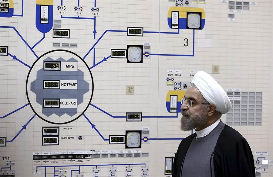 伊朗8日發生兩起地震,其中一起於布什爾(Bushehr)核電站附近發生規模4.9的地震,震源深度僅10公里。圖為伊朗總統魯哈尼參觀布什爾核電站。(美聯社)