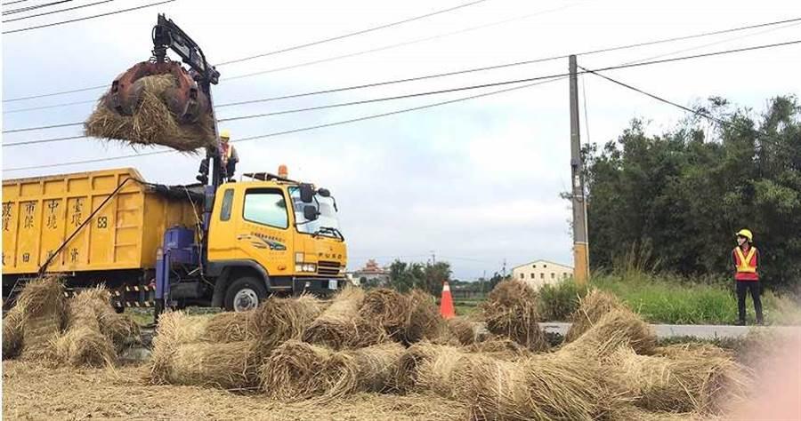 稻稈體積大、濕度高,所以不好收集,增加的人力也要清潔隊自行負擔,清潔隊員苦不堪言。 (圖/台中市政府提供)