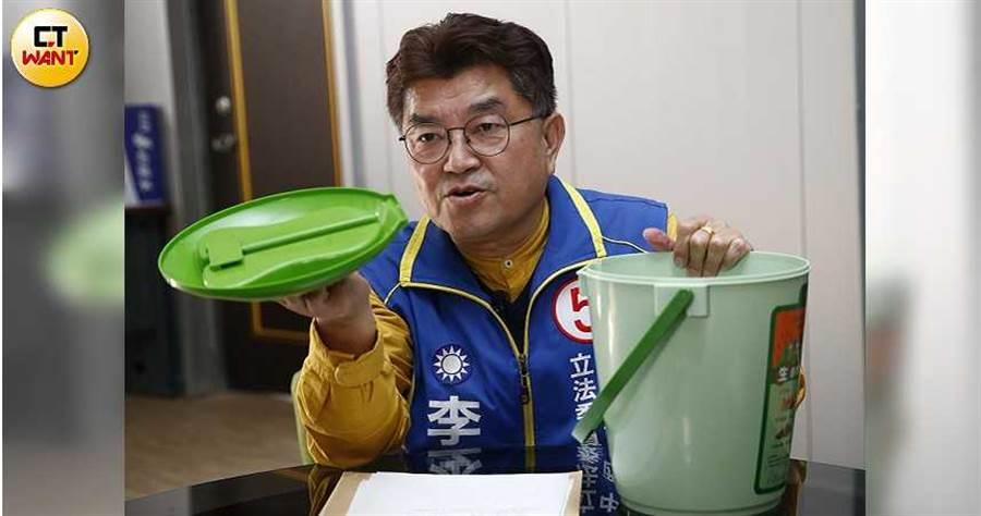 國民黨議員李中多次質詢,一個7公升大的普通材質的廚餘桶,光設計費竟要花382萬元,可買1輛進口賓士新車。(圖/黃耀徵攝)