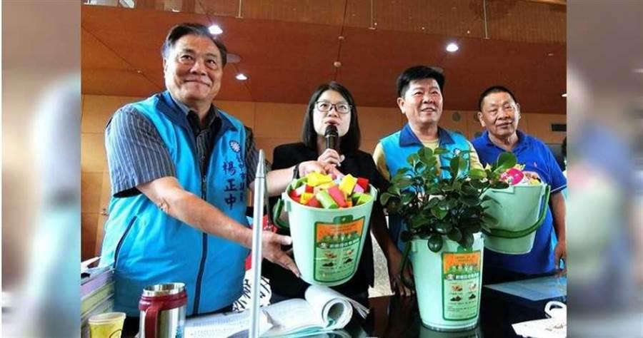 國民黨議員張廖乃綸(左二)砲轟,發送97萬個共上億元的廚餘桶,卻被民眾拿來當澆花水桶、米桶,還有小朋友的玩具桶。(圖/報系資料庫)