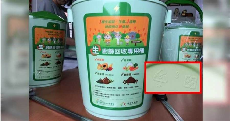 李中向塑膠中心總經理蕭耀貴查證,到底塑膠材質5號為何?蕭男答「跟五金行賣的沒兩樣」。(圖/黃耀徵攝)