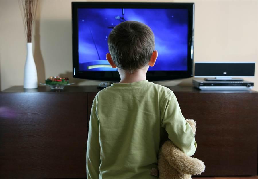 3歲兒看電視 意外發現爸真實身份(示意圖/達志影像)