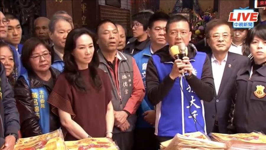 國民黨總統候選人韓國瑜妻子李佳芬(中)8日中午到北市士林輔選國民黨立委候選人孫大千(右)。(翻攝自中視新聞畫面)