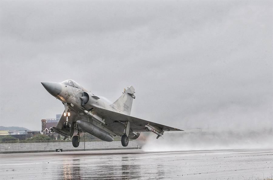 國軍108年春節加強戰備,16日在新竹空軍基地演練,幻象戰機進行緊急起飛,展現空軍捍衛領空的能力與決心。(圖/本報資料照,王英豪攝)