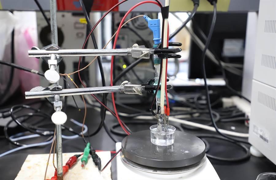 台科大與東工大的國際合作研究中成功使用氧化銅,在溫和環境下轉換甘油成為高經濟價值產物二羥基丙酮。(台科大提供/李侑珊台北傳真)