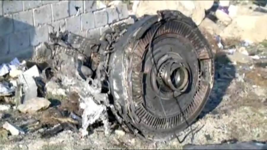 烏克蘭國際航空737-800客機8日在德黑蘭何梅尼機場附近墜毀,圖中所見為其中一具引擎。(路透)