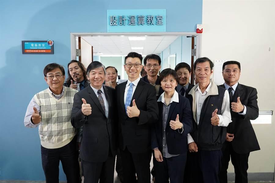 修平科大攜手台灣微軟公司,斥資500萬打造新世代一體式的繪圖工作站「Surface Studio教室」,8日揭牌啟用。(林欣儀攝)