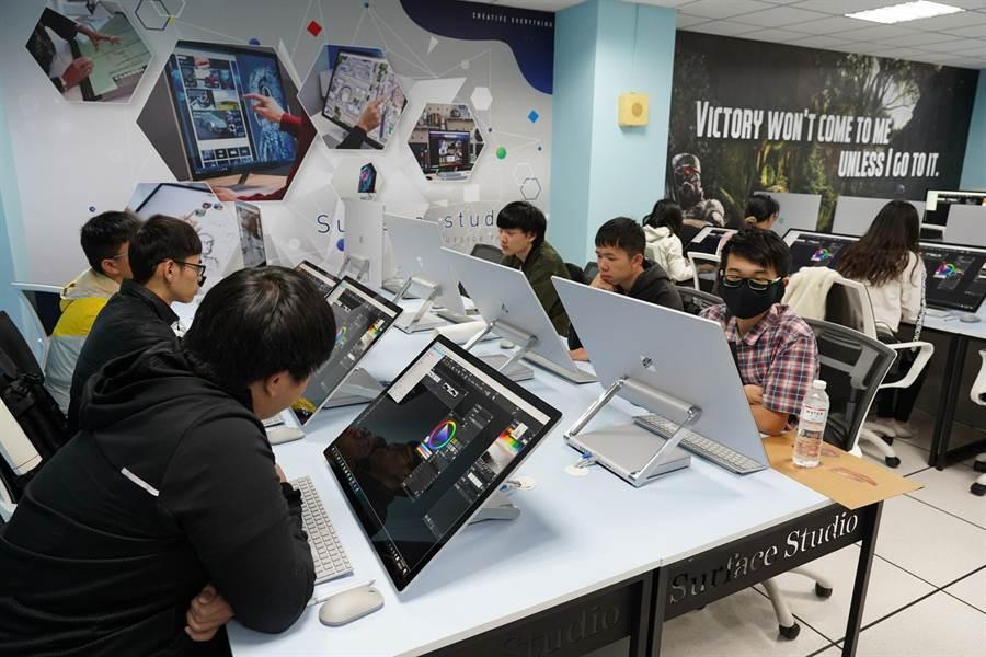 修平科大建置新世代一體式的繪圖工作站「Surface Studio教室」,設備、規模領先國內其他大學。(林欣儀攝)