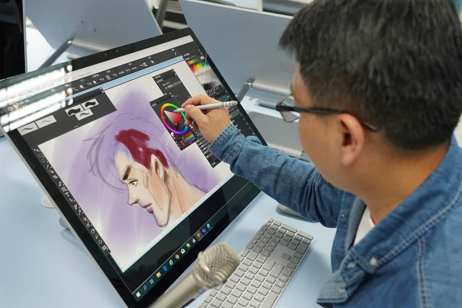 修平科大建置新世代一體式的繪圖工作站「Surface Studio教室」,設備、規模領先國內其他大學,學生使用後相當稱讚。(林欣儀攝)