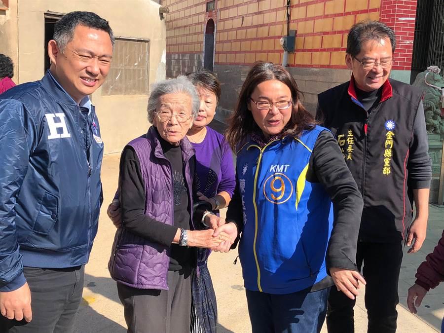 楊鎮浯今天下午請假,陪同陳玉珍在湖下老家拜票。(李金生攝)