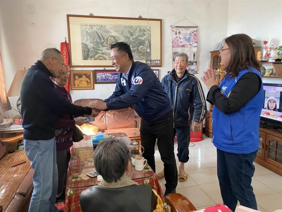楊鎮浯與陳玉珍挨家挨戶拜票,為藍營確保金門這一席拉開巷戰序幕。(李金生攝)