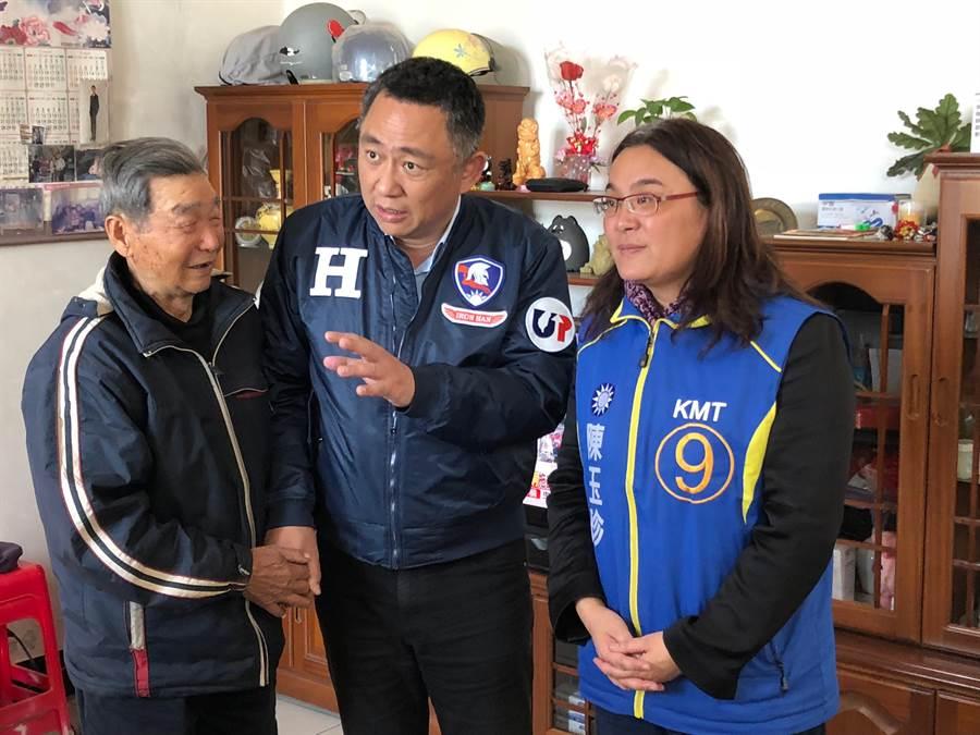 「未來四年真的很重要!」楊鎮浯與鄉親相互加油打氣。(李金生攝)