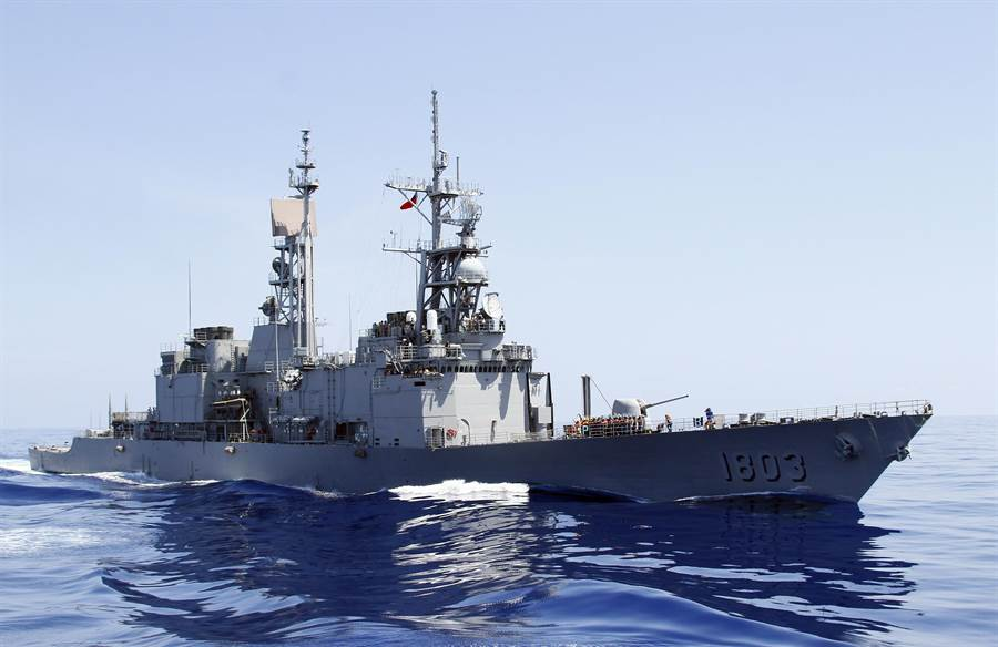 時任總統馬英九曾視導「漢光30號演習-海上實兵操演」,並登上「左營號」紀德艦,全程視導作戰操演,「左營號」特別升起「統帥旗」之外,該艦也被稱為「海軍一號」。(圖/本報資料照,王遠茂攝)