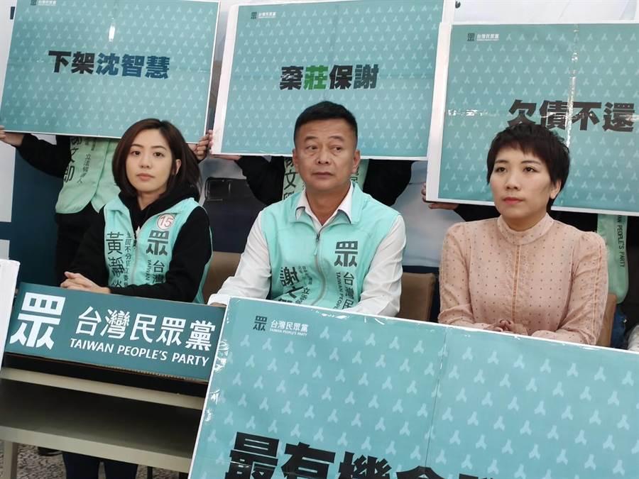 民眾黨不分區立委候選人「學姊」黃瀞瑩(圖左)和郭台銘辦公室發言人郭昕宜(圖右)為同黨立委候選人謝文卿(圖中)站台力挺。(張妍溱攝)