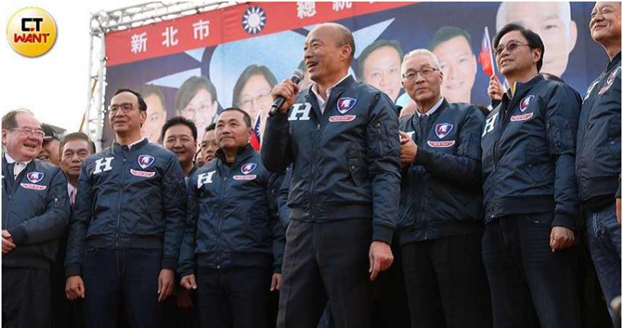 去年12月8日新北團結誓師大會上,也是目前唯一一場侯友宜及韓國瑜同台場面。(圖∕張文玠攝)