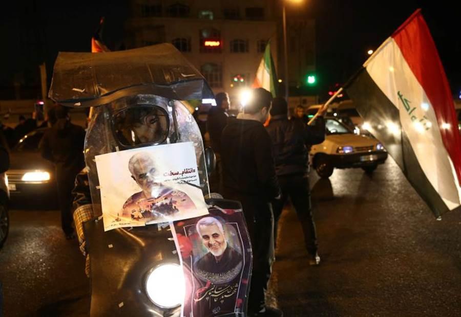 伊朗飛彈攻擊伊拉克基地的美國目標後,伊朗群眾在德黑蘭街頭舉著蘇雷曼尼的畫像大肆慶祝。(路透)