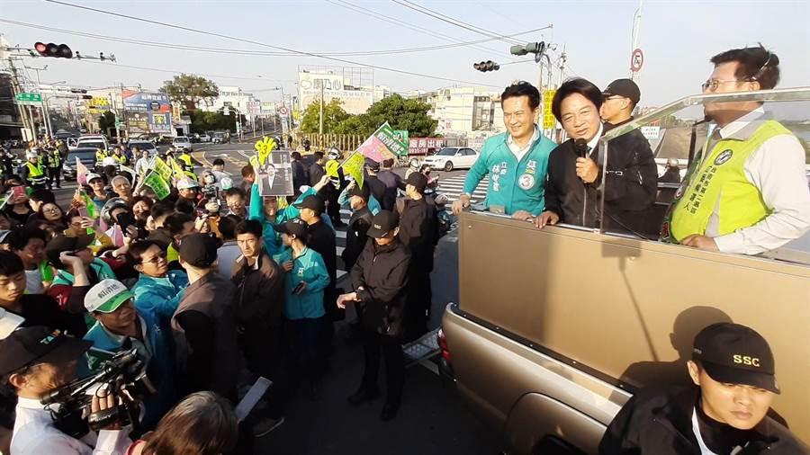 民進黨副總統候選人賴清德今天在台南展開車隊掃街,下午終點站來到台南、高雄交界的南萣橋,向鄉親溫情喊話。(曹婷婷攝)