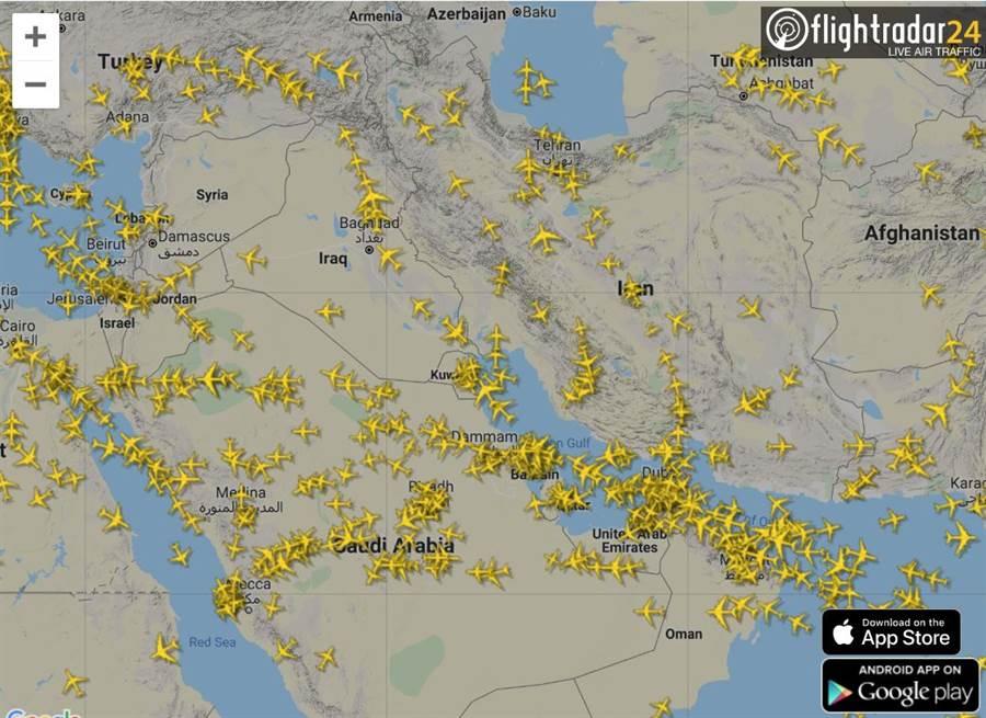 在美國襲擊伊朗,而伊朗以飛彈還擊之後,國際航空公司儘量避開伊朗與伊拉克上空。(圖/flightradar24)