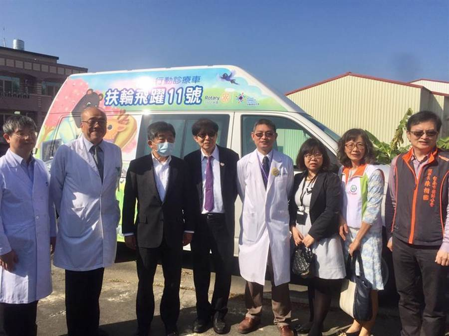(健保署今日赴台南舉辦「守護左鎮巡迴醫療整合暨贈車儀式」。圖/健保署提供)