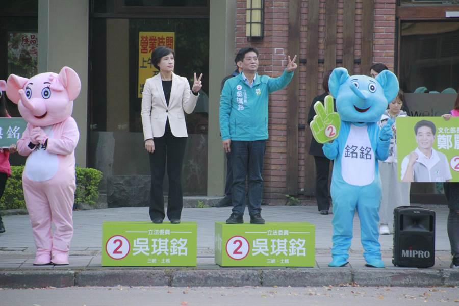吳琪銘今上午邀請文化部長鄭麗君現身三峽街頭拜票。(許哲瑗攝)