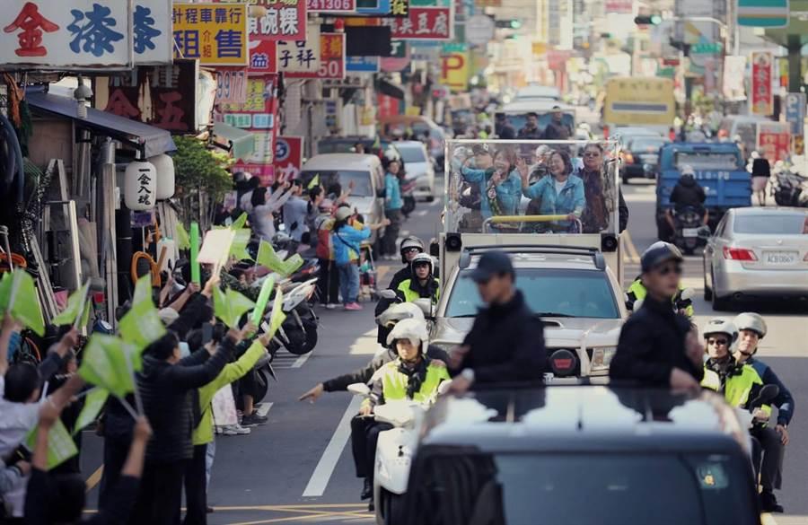 總統蔡英文8日站上候選人黃秀芳車隊陪同掃街,2人展現親和力,沿途店家、攤販紛紛揮手打氣、傳遞支持。(黃秀芳服務處提供)