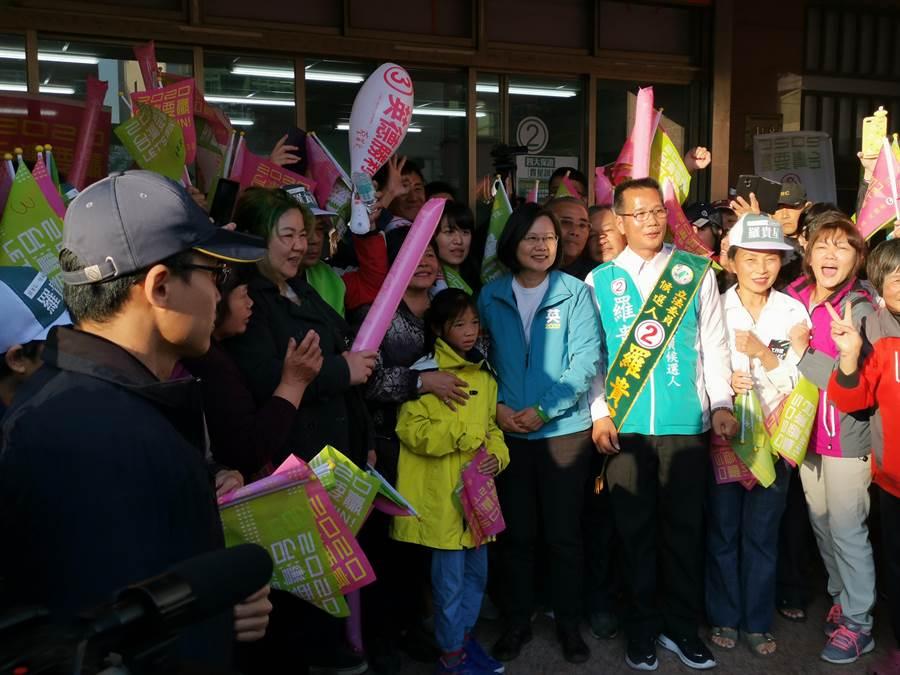 蔡英文8日下午4時許抵達竹南羅貴星的競選總部,隨後即展開掃街行程。〔謝明俊攝〕