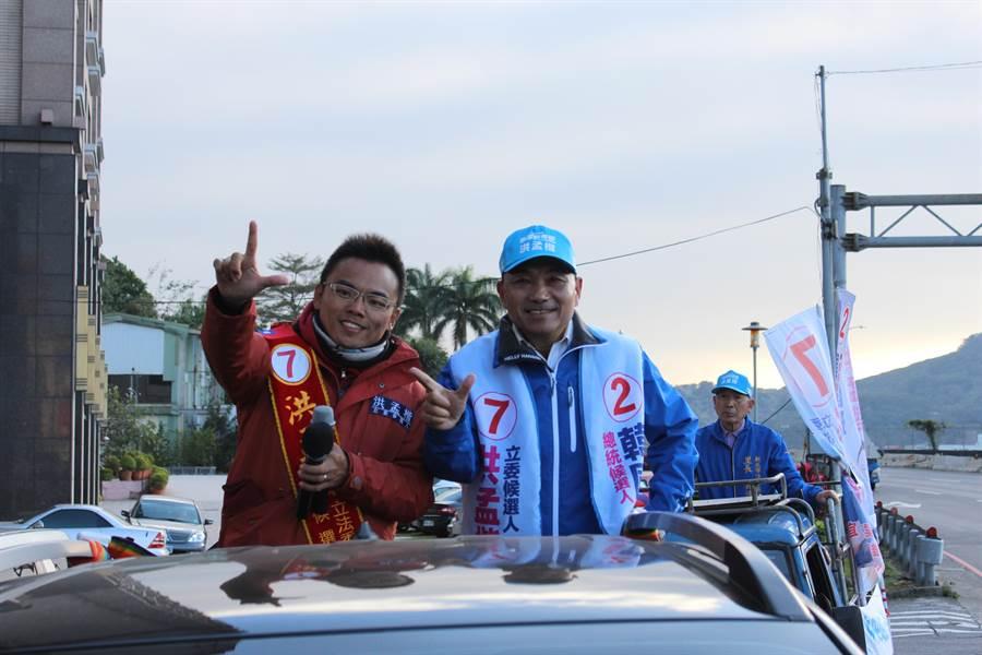 新北市長侯友宜8日下午陪同同黨籍立委候選人洪孟楷到淡水進行車隊拜票。(戴上容攝)