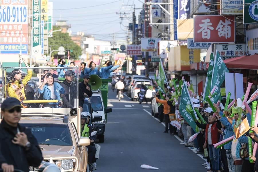 蔡英文總統與無黨籍立委登上戰車掃街,行經綠營傳統票倉,支持者沿街列隊歡迎。(王文吉攝)