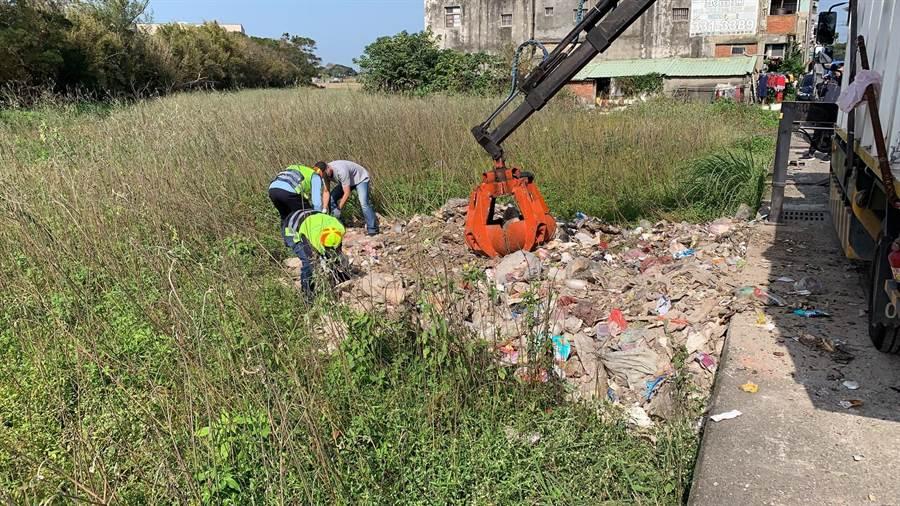 蘆竹區宏竹里光華街遭棄置廢棄物,環保局與警方追緝棄置者。(甘嘉雯攝)