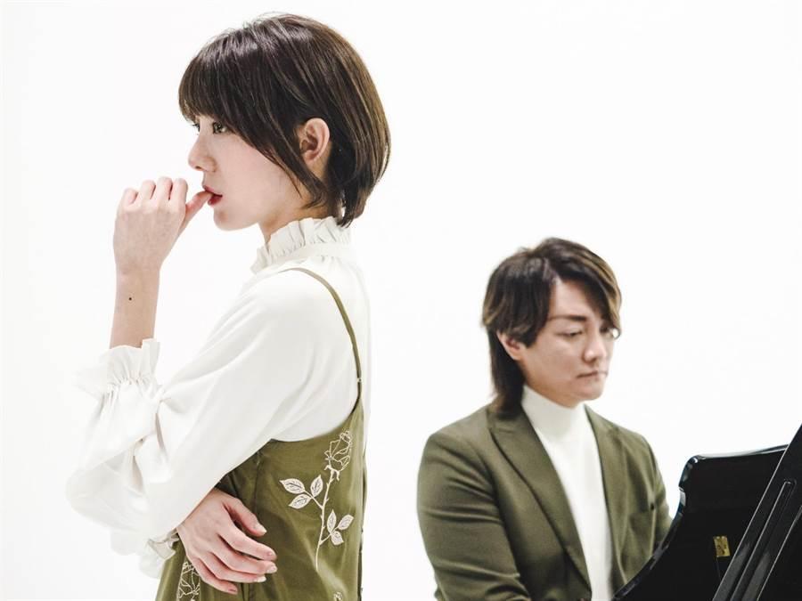 阿沁指導曾赴日本受訓的新人特蕾沙演唱技巧。(核心音樂提供)