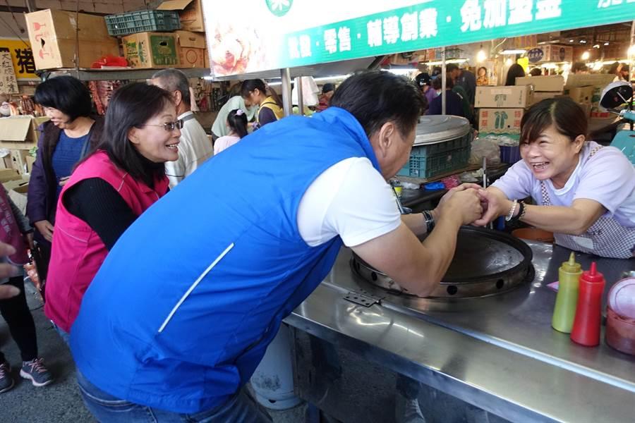 周錫瑋陪同雲林縣第二選區立委候選人謝淑亞到黃昏市場拜票,人氣橫掃婆婆媽媽們。(周麗蘭攝)