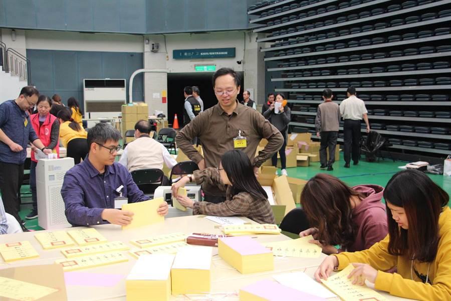 苗栗縣選委會8日進行鄉鎮市點領選票作業。(何冠嫻攝)