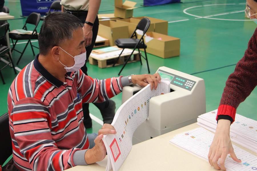 苗栗縣選委會出動點鈔機清點選票數量。(何冠嫻攝)