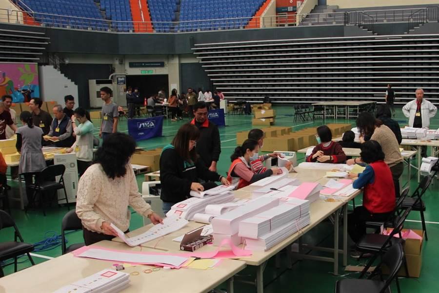 苗栗縣選委會在苗栗市巨蛋體育館進行為期兩天的鄉鎮市點領選票作業。(何冠嫻攝)
