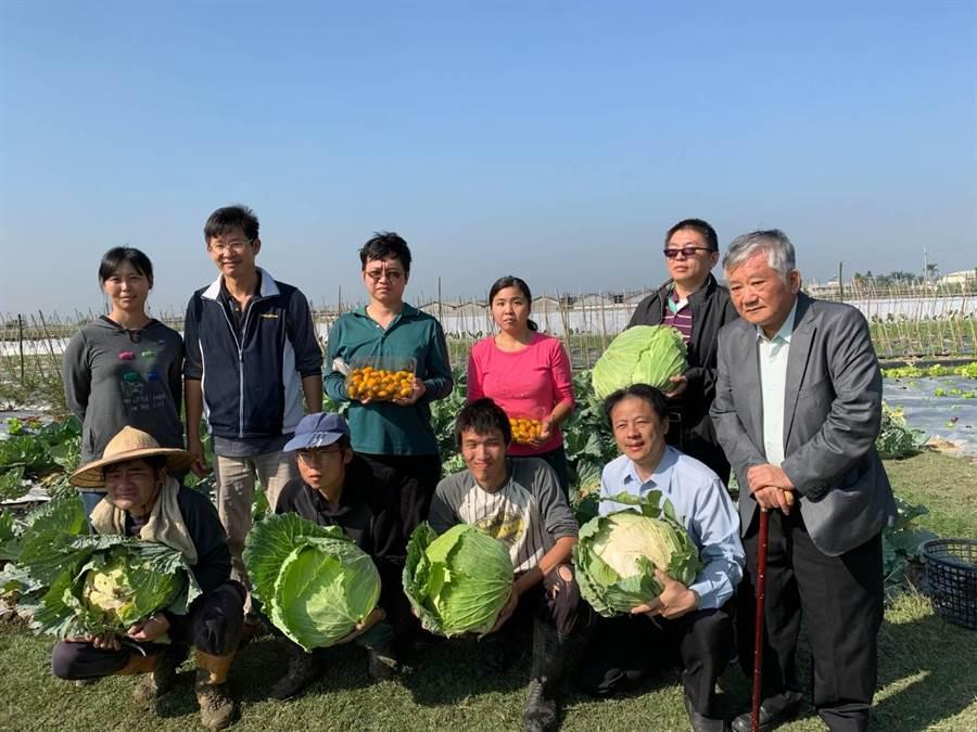 白河蓮心園庇護農藝工場義賣憨兒種植的巨無霸高麗菜,籌募興建溫室經費。(翻攝照片/莊曜聰台南傳真))