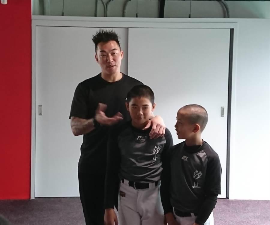 郭泓志(左)親切指導少棒球員正確的健身觀念。(廖德修攝)