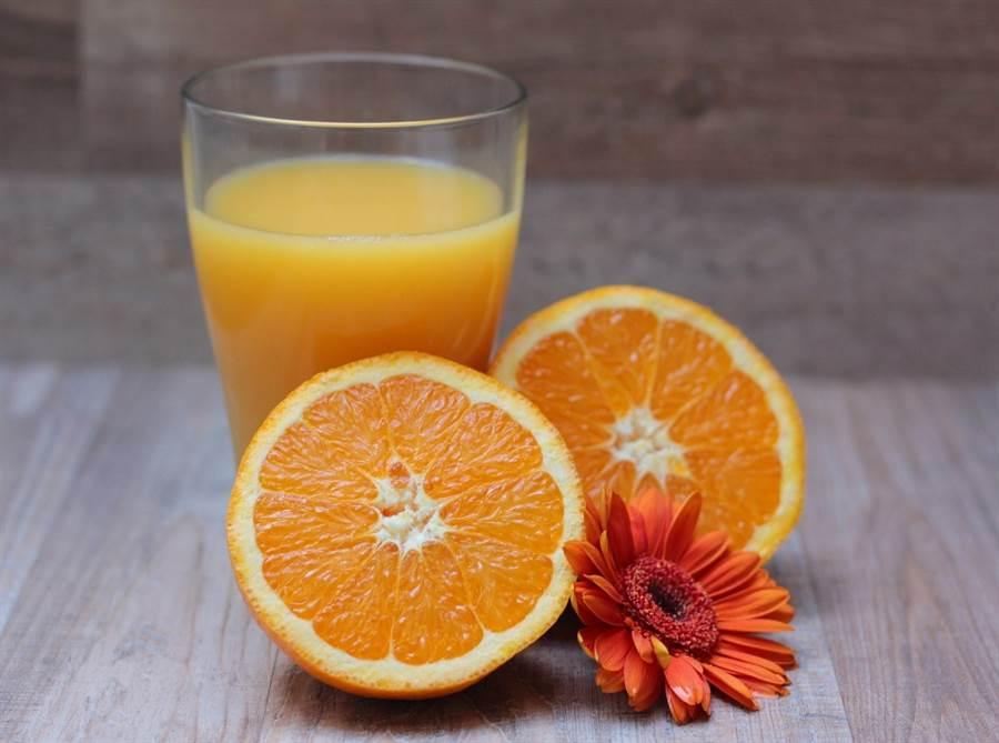 研究發現,柳橙汁開封後放回冰箱,即使有把瓶蓋關緊,維生素C在一週內就會少了近50%。(圖片來源:pixabay)