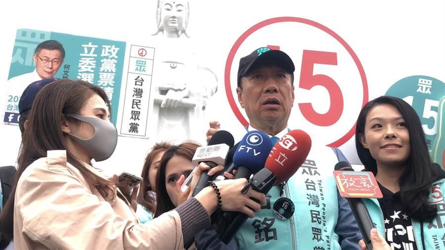 對於日前台北市長、台灣民眾黨主席柯文哲表達將會參選2024年的總統大選,而郭台銘是否會願意會跟柯市長搭配?他則直言回應,「若老百姓支持」,他也將會表達支持。(吳康瑋攝)