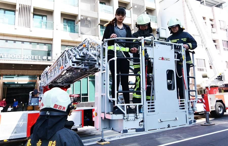 32公尺直線前端曲折雲梯車能快速將高樓受困民眾安全運送至地面。(莊哲權攝)