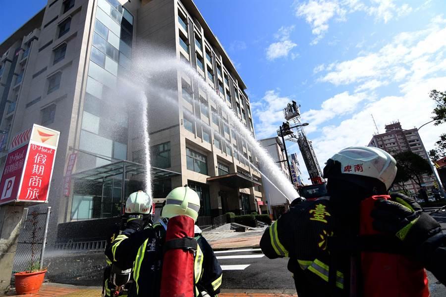 台東縣消防局台東大隊今天在台東市假期飯店辦理火災搶救演練。(莊哲權攝)