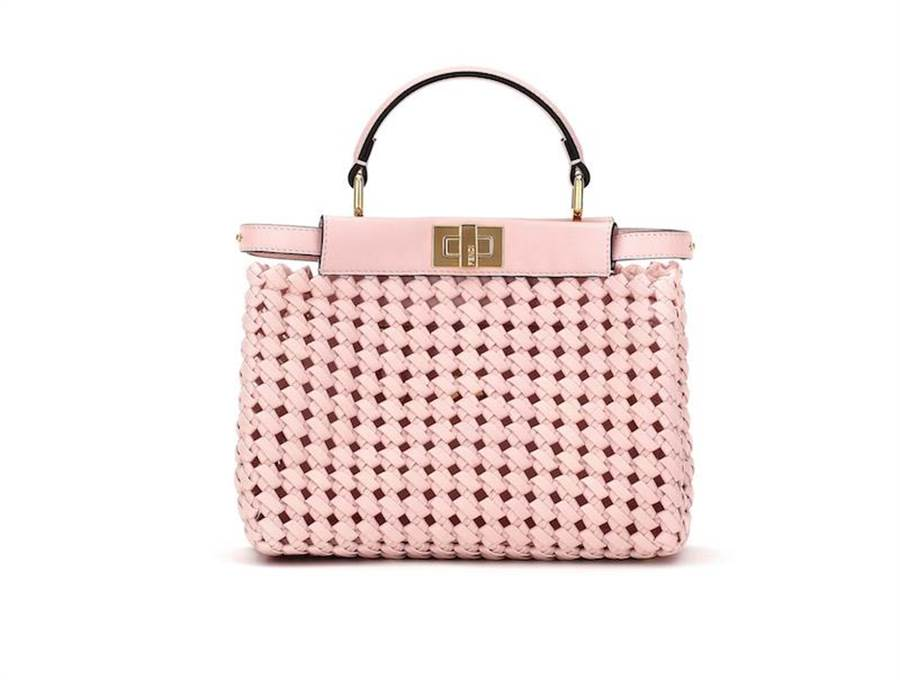 FENDI粉色Mini Peekaboo,15萬2000元。(FENDI提供)