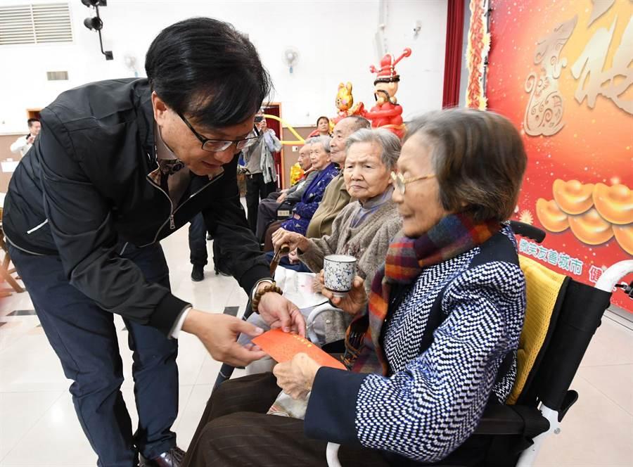 彰化市長林世賢向長者奉茶並致贈「春節敬老禮金」6000元紅包,祝福長輩健康、長壽。(吳敏菁攝)