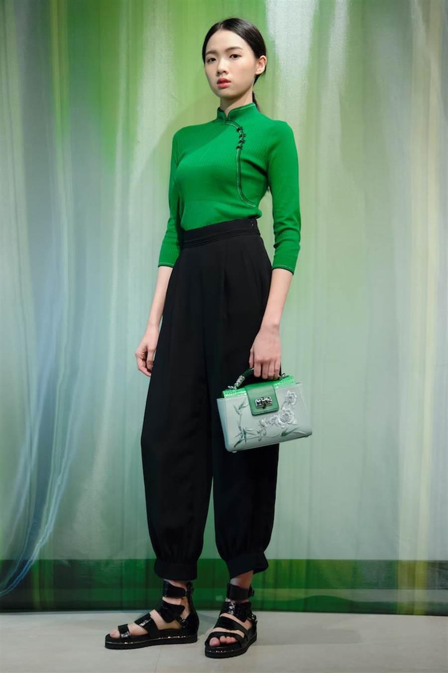 伊林女模蕭珮瑩身著斜襟針織上衣搭配高腰老爺褲、羅馬涼鞋,充滿竹子意象。(夏姿提供)